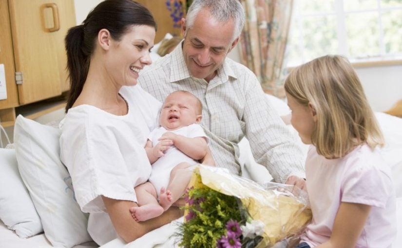 Kvinde med nyfødt baby som har barselsbesøg
